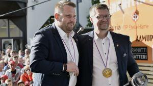 Antti Pennanen och Jukka Jalonen poserar framför publik.