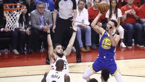 Stephen Curry hoppar och skjuter.