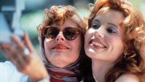 Louise (Susan Sarandon) och Thelma (Geena Davis) står tätt tillsammans och tar ett foto av sig själva.