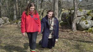 Melissa (Amy Deasismont) går hand i hand med Gösta (Vilhelm Blomgren) som går på knäna ute på en äng.