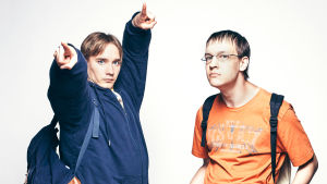 Nörttimäiset hahmot Samu ja Joona poseeraavat kameralle.