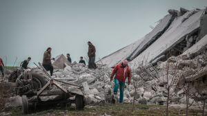 Syrien och Ryssland inledde i april en massiv markoffensiv, inklusive flygattacker, mot rebellkontrollerade områden i Idlib. Attackerna har krävt flera hundra civila offer enligt FNt