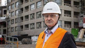Mika Katajisto fotograferad iklädd skyddsutrusning på en byggarbetsplats.