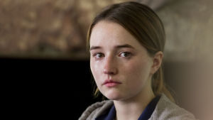 Kaitlyn Dever spelar den våldtagna Marie Adler.