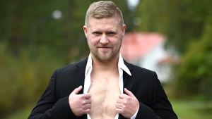Mikael Kock visar upp sitt ärr på bröstkorgen från hjärttransplantationen.