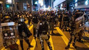 Kinesiska medier kräver tuffare tag i Hongkong, men nämner inte det ökande våldet mot demokratiaktivister