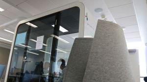 Kuvassa on Vantaan Ylästön viidennessä luokassa oleva äänieristetty tila, joka on tarkoitettu muutamalle oppilaalle. Kopissa on läpinäkyvät seinät kahdella puolella.