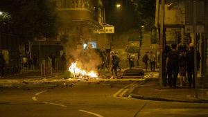 Aktivister försökte avleda polisens uppmärksamhet genom aktioner på flera andra håll i staden, bland annat i stadsdelen Kowloon