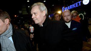 Antti Rinne lämnar SDP:s partistyrelsemöte på kvällden 2 december.