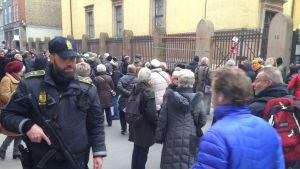 Beväpnad polis dagen efter terrordådet, utanför judiska synagogan i Köpenhamn, febr 2015
