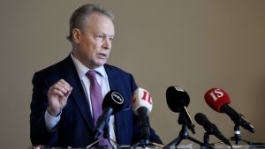 Försvarsutskottets ordförande Ilkka Kanerva håller presskonferens i riksdagen den 9 januari 2020.