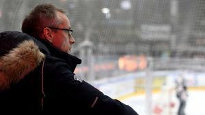 Pasi Mustonen sitter på ishockeyläktare.