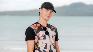 Au pairit Uudessa-Seelannissa -sarjan Jussi seisoo meren rannalla.