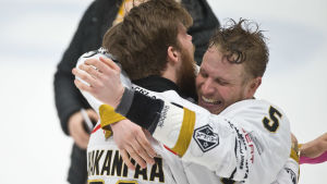 Jani Hakanpää och Lasse Kukkonen firar FM-guld.