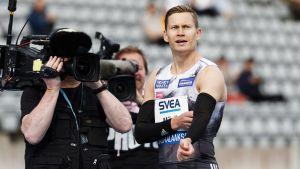 Oskari Mörö blickar mot resultattavlan efter säsongspremiären i Lahtis 2020.