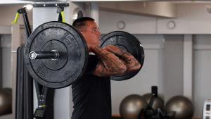 Nico Rönnberg lyfter tyngder i gymmet.