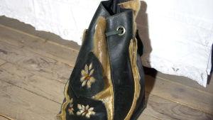 Bild på en Anita Storms gjorda handväskor i sälpäls.