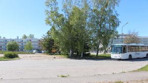 buss kör in till stationsområdet i Hangö