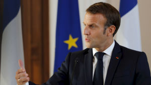Frankrikes president Emmanuel Macron gestikulerar på en presskonferens i Riga.