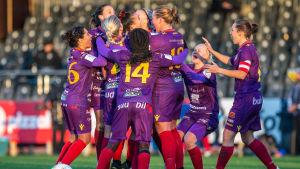 Åland United-spelare firar mål i klunga.