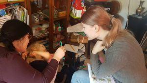 Talterapeuten använder en spegel för att lära Varja rätt uttal