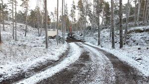 En grävmaskin på vägen till restaurangen i Bergvalla.