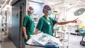 Två sjukskötare i munskydd.
