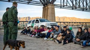 Det här är en arkivbild på en grupp brasilianska migranter som hade lyckats ta sig över gränsen från Mexiko till New Mexico för två år sedan.