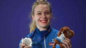 Lotta Kemppinen visar upp sin silvermedalj.