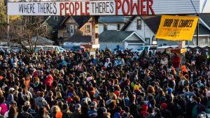Många samlades på George Floyd Square i Minneapolis efter domslutet.