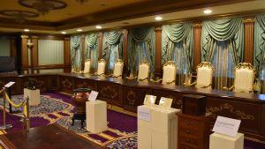 I det här rummet samlas sultanerna vart femte år för att välja nästa kung. Processen avklaras alltid snabbt, eftersom resultatet är avgjort på förhand.