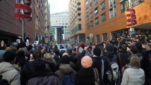 Någonstans där bakom finns Nicole Kidman, på väg till den svarta bil som ska föra iväg henne från presskonferensen