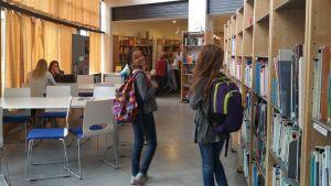 Koululaisia HRSK:n kirjastossa.