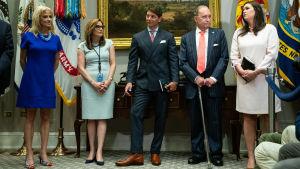 President Trumps fem ledande rådgivare uppradade. Längs till höger Sarah Sanders, till vänster Kellyanne Conway.