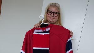 Emma Tornbergs familj är stora hockeyfans. inte svårt att gissa laget, här poserar hon med HIFK:s skjorta och halsduk.