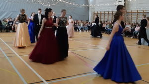 Finklädda tvåor i Virkby gymnasium dansar.
