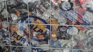 Säck med aluminiumburkar som returnerats i en automat.