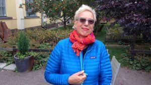 Saksalainen elokuvaohjaaja Doris Dörrie hymyilee kuvaajalle aurinkolaseissa Helsingissä Korjaamon pihassa.