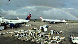 Regnbåge över några flygplan på Orlando flygfält