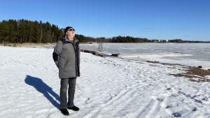 Uffe Johansson står vid Kräkelsundet och njuter av vintersolen iklädd solglasögon.