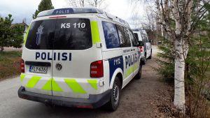 Poliisiauto Jyväskylän Kuokkalanpellossa.