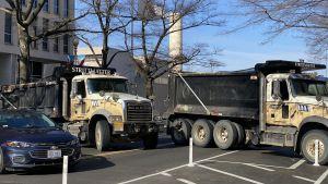 Många vägar är blockerade med stora lastbilar