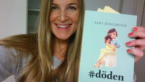 Anne Hietanen visar prämen på Sara Jungerstens roman #döden