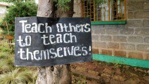 Kyltti etiopialaisen koulun pihalla