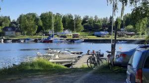 Ett gäng tonåringar sitter ute på en brygga i en småbåtshamn