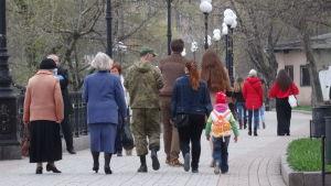 Människor promenerar i en park i Donetsk.
