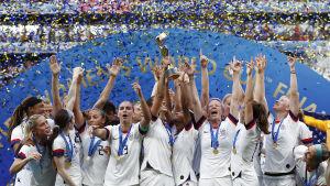 USA:s damlandslag lyfter VM-pokalen.