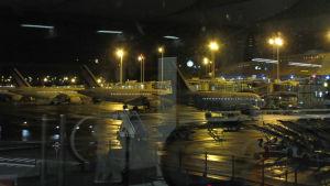 Flygplan fotograferade genom glas, natt