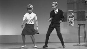 Lillemor Sandman ja Roger Gustavsson  tanssivat twistiä Iskelmäkarusellissa vuonna 1962.