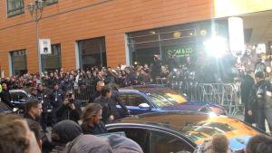 Christian Bale och Natalie Portman lämnar presskonferensen i var sin bi